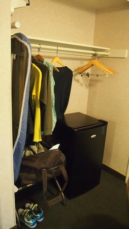 Valley Inn & Conference Center: Clothes area