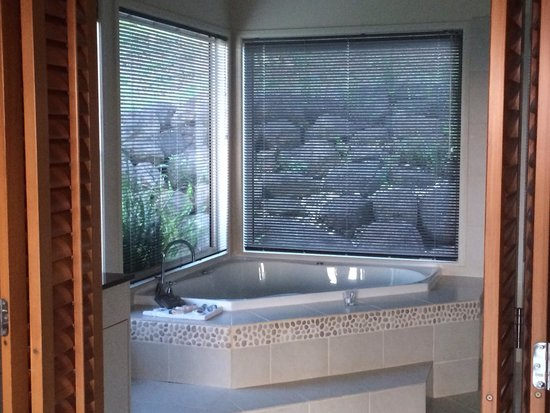 Summergrove Estate: Beautiful spa bath