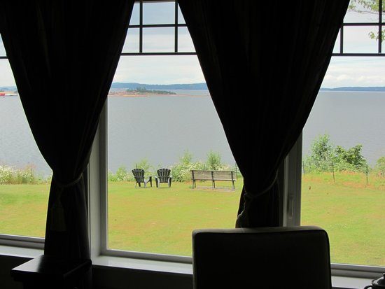 Foxglove Inn and Gardens: Ocean view from bedroom