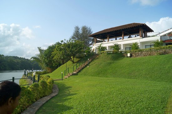 Cinnamon Citadel Kandy : Outside view from the river bank