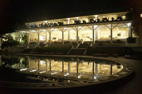 Cinnamon Citadel Kandy : Pool area ta night