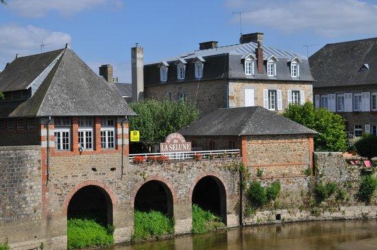 Auberge de La Selune: zicht vanaf de brug