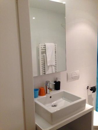 Pantone Hotel: Decent sized bathroom with large shower