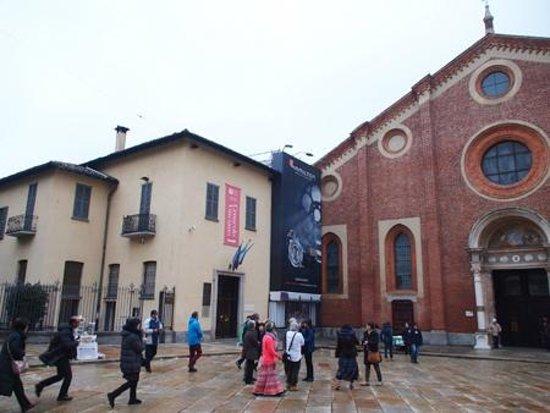 Il Cenacolo: 向かって左の建物が入口。右は教会。