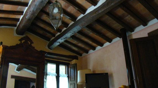 Casina Valloreci: Traditional beams, rafters and under-tiles...insulation +.