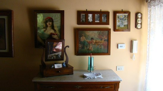 Casina Valloreci: Classic photos and prints in the bedroom.