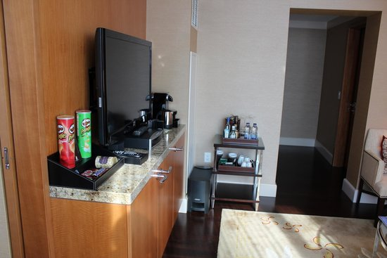 The Ritz-Carlton, Toronto: Separate lounge area and mini bar/tea tray