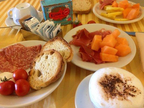 Villa Bianca: Frühstück mit frischem Obst und frisch gepressten Säften. Lecker.
