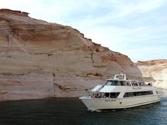 Lake Powell Boat Tours : Desert Shadow