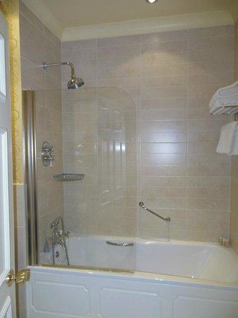 Ashford Castle: Vasca con doccia