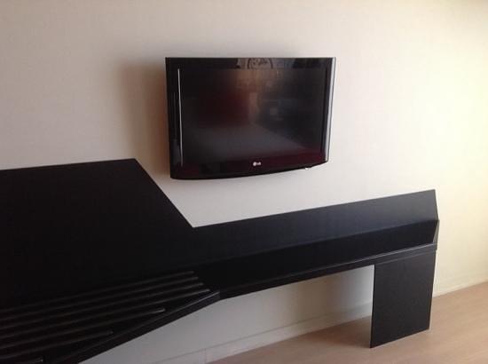 Ayre Hotel Rosellon: ベッドの前のテレビ