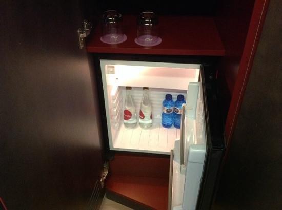 Ayre Hotel Rosellon: 冷蔵庫