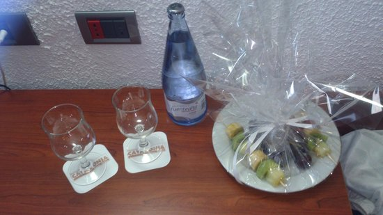 Catalonia Punta del Rey : Compimentary first night fruit skewers, water & glasses brought to our room by staff