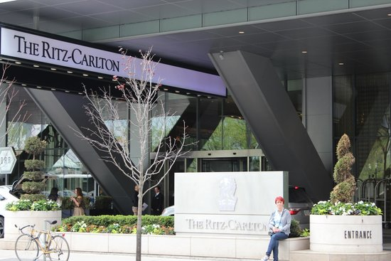 The Ritz-Carlton, Toronto: Front entrance to hotel
