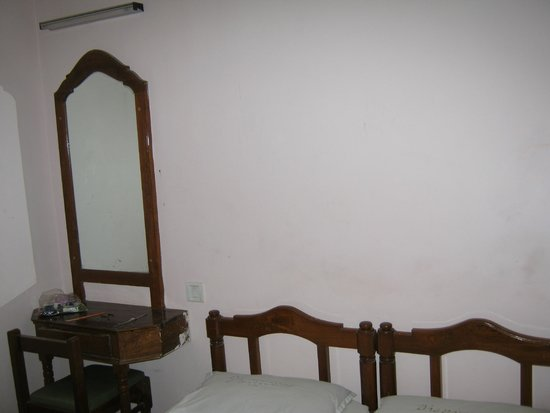 Dhanyasree Inn: Dressing mirror