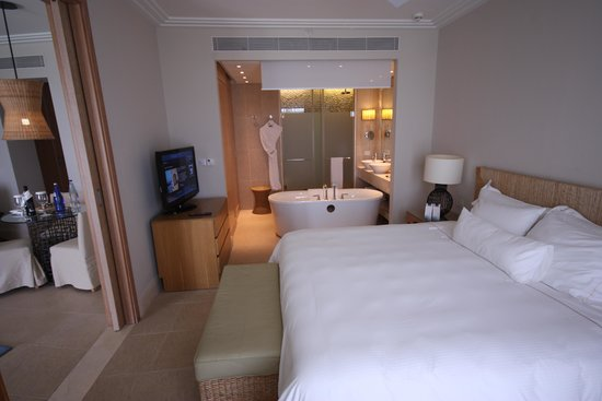 The Westin Resort, Costa Navarino: The bedroom and bathroom