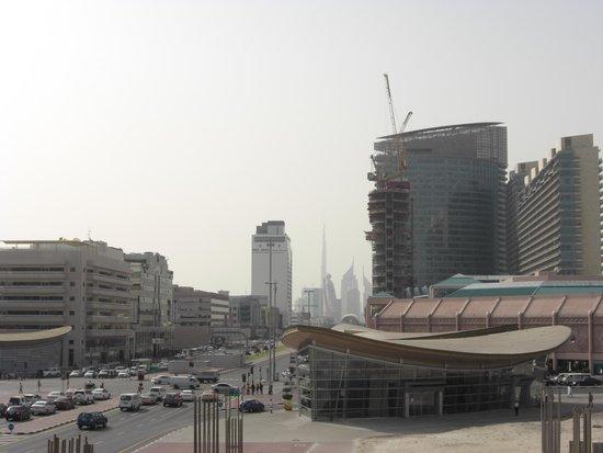 London Crown Hotel: Вид из окна отеля на станцию метро Bur Dubai
