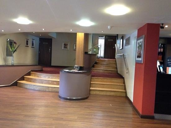 Hallmark Hotel Hull: entrance to the restaurant ( where they also serve breakfast) - no access for wheelchair user