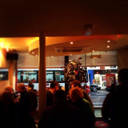Cafe Gusto: Evening time on Washington street :)