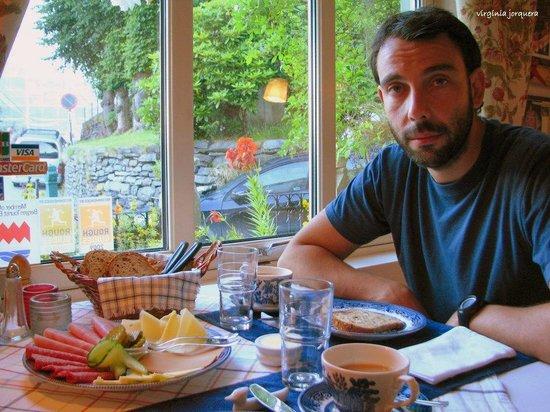 Skansen Pensjonat : Desayuno en el comedor principal, la cara de sueño se debe a lo temprano que era para recorrer l