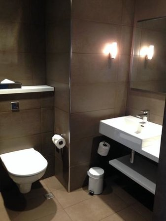 Radisson Blu Hotel, Manchester Airport : Second toilet and sink in junior suite