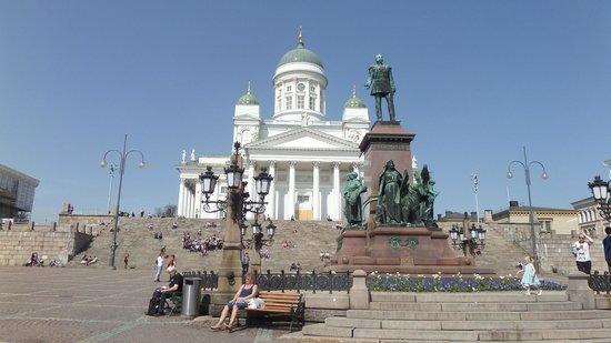 Helsinki Cathedral: Vista desde la plaza.