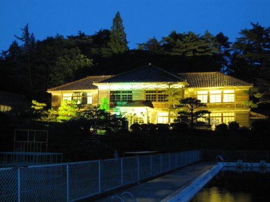 Fukiya Elementary School: ライトアップされた小学校