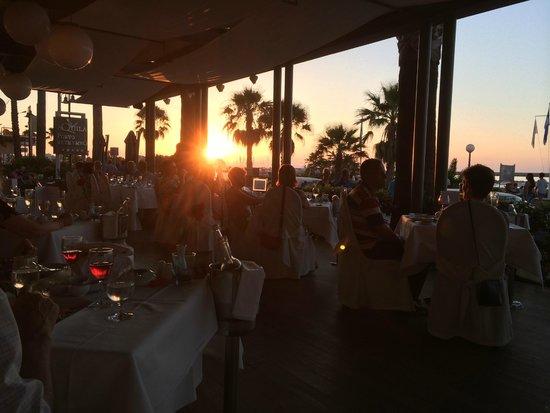 Aquila Porto Rethymno : A la carte in het hotel, Piaza Di Porto uitgebreid diner met zonsondergang.