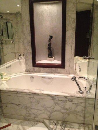 The Ritz-Carlton Shanghai, Pudong : Bath tub