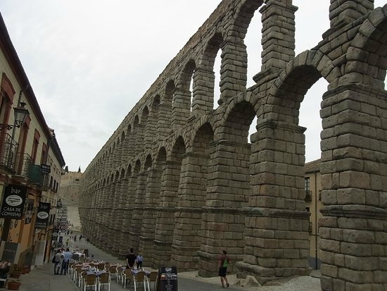 Aquädukt von Segovia: Long look across the aqueduct towards the stairs