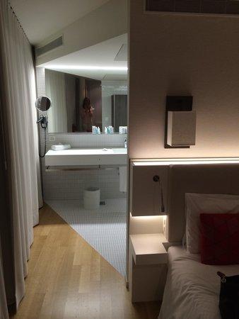 Hotel Astoria: No door to bathroom - strange!