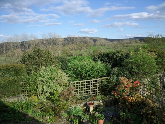 Wheelgate Bed & Breakfast: View over the garden towards Grizedale from the double rooms