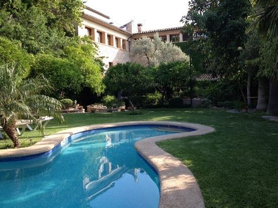Hotel Son Sant Jordi: Garden and pool