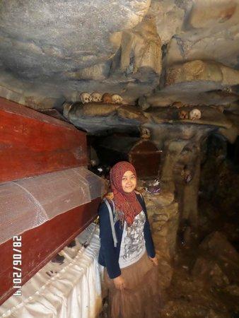 Londa Burial Caves: Peti jenasah dan tengkorak