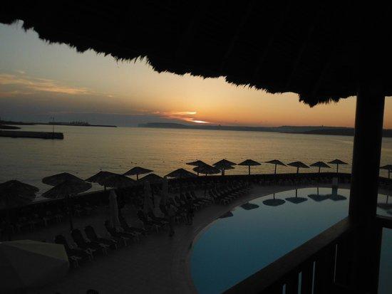 Ramla Bay Resort: Sunset at the Alang Alang