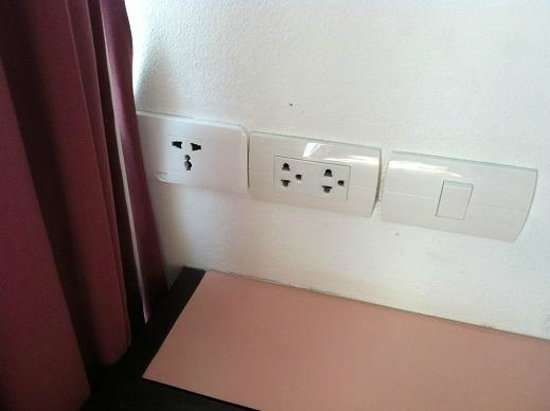 The Color Hotel : ample plug sockets for 3-pin Msia/Spore type