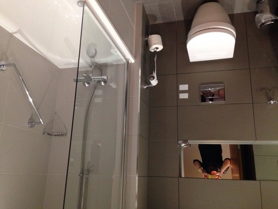 DoubleTree by Hilton Lincoln: Bathroom