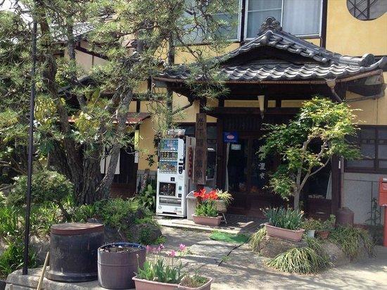 """Iwashita Onsen Ryokan: 旧旅館建物、立ち寄り湯は左手の""""ゆ""""暖簾が入り口"""
