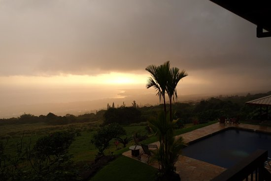 Holualoa Inn: View from the BB, rain but very awsome!