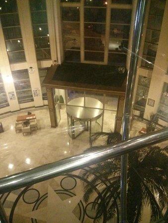 Pineta Park: Вид из лифта на ресепшн