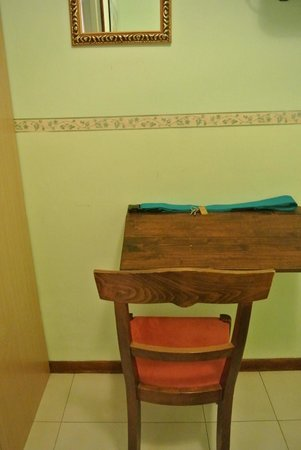 Grotta Antica Hotel: 小さな折り畳み机がついてます