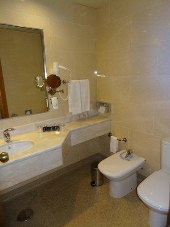 HF Fenix Lisboa: The bathroom