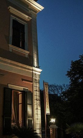 Bella Venezia Hotel: Hotel by night