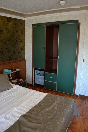 Hotel Pera Capitol: Bed and wardrobe