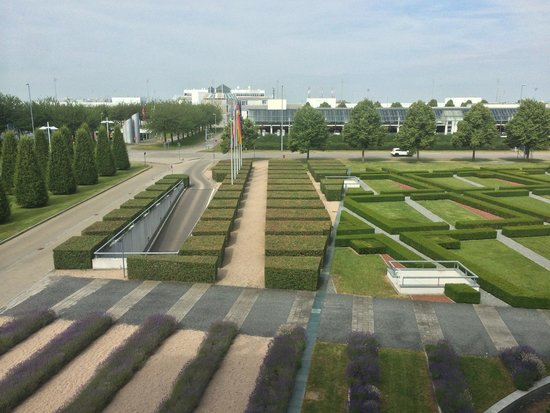 Hilton Munich Airport: The boxwood garden on top of the car park
