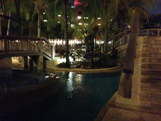 Resorts World Sentosa - Hard Rock Hotel Singapore: Pool area at night