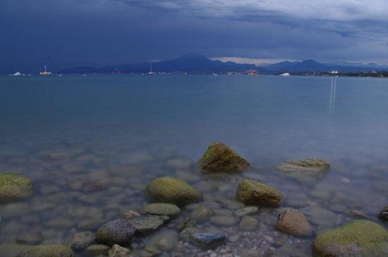 Camping Bella Italia: Wieczór nad Gardą na plaży przed campingiem