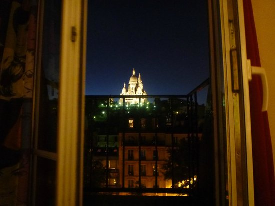 Le Regent Hostel: view from the window at night