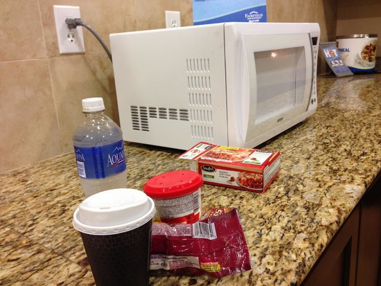 Fairfield Inn & Suites Houston Intercontinental Airport: 24/7 Snacks to buy from and an accesible MW