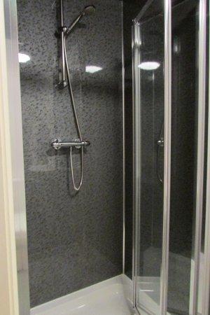 Fountain Inn Restaurant: Spotless shower!